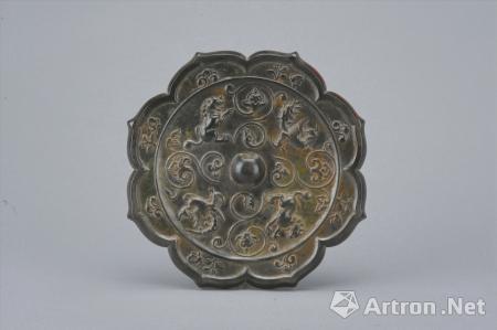 唐瑞兽鸾鸟花卉纹铜镜(四川博物院供图)