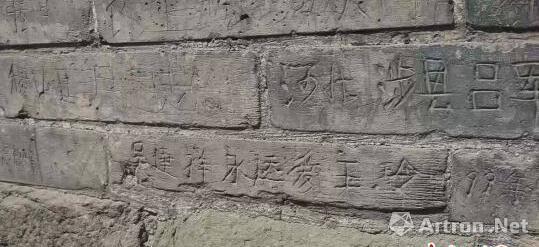 刻字大多出现在奉供佛舍利子的宣文塔塔砖上,不少人刻上自己的家乡,也有人在其上表达爱意。