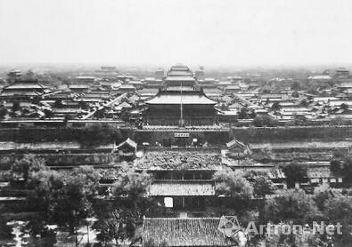 神武门及紫禁城全景  1925-1949年摄 照片可以看见故宫博物院匾额,应为1925年以后所摄。