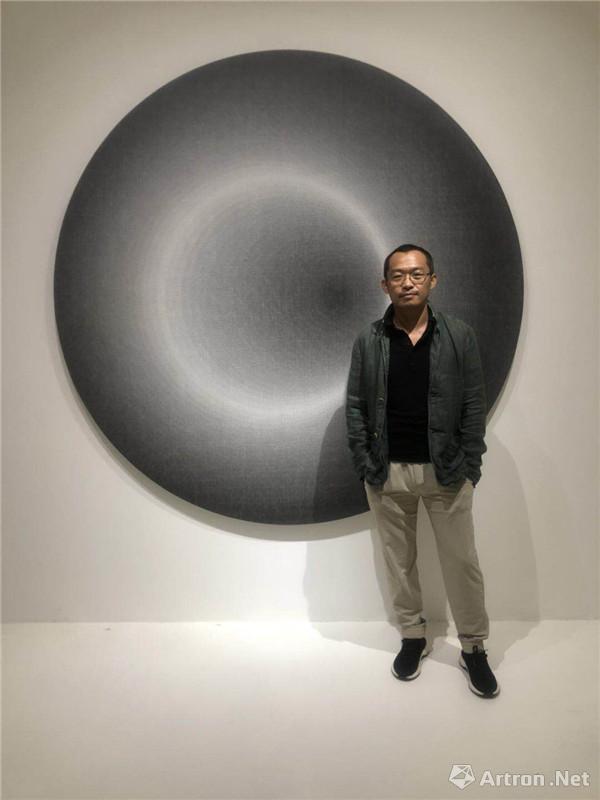 艺术家刘文涛在展览现场